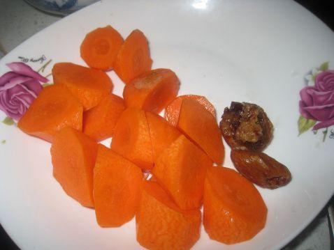 胡萝卜去皮切滚刀块,蜜枣两个洗净备用