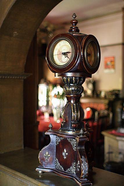 壁炉,打字机,老照片,电影海报,煤油灯,木楼梯,留声机,古董钟