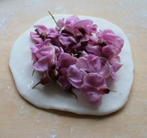 紫藤花取花朵,用5%的淡盐水浸泡10分钟,洗净,加白糖腌渍30分钟,再加