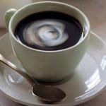 浓情咖啡:透过玻璃杯的你的脸