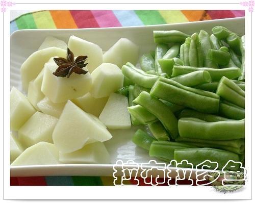 土豆削去外皮后改切菱形块,豆角切成小段备用.