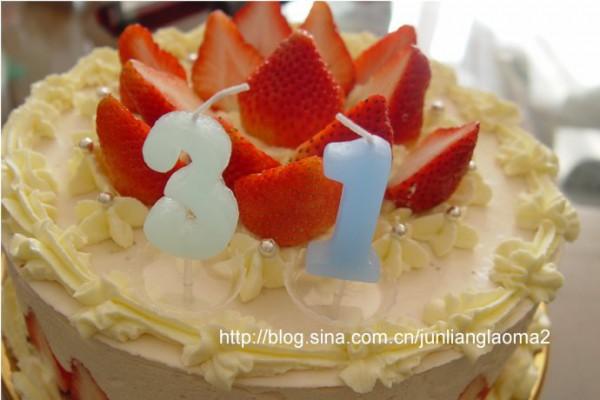 用_先将吉利丁片用凉牛奶泡软.草莓洗净,用搅拌机打烂.蛋糕片切片.