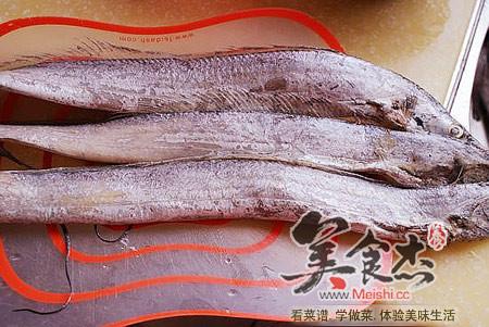 ...带鱼段,翻搅几下出锅.(图4、5、6)   坐锅烧油,将腌好的带鱼...