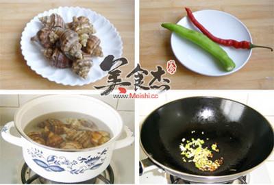 待海螺的盖开始张开时,加入糖,鸡精翻炒,出锅前放入青红椒即可图片