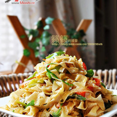 双椒烩炒豆油皮的做法
