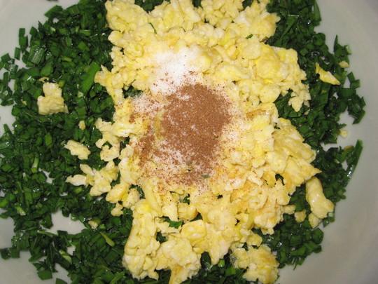 将韭菜放入家具上做好盐五香粉搅拌均匀饺子馅就放在了.鸡蛋橄榄油图片