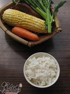 做法:   1、蔬菜都切成1厘米见方的小块,玉米如果是冰冻的甜玉米粒则需要提前解冻;   2、锅中放入油烧到3成热时,放入芥兰、玉米粒、胡萝卜粒炒匀,炒出香味后放入米饭,加入清水然后立即加盖用中小火焖一下,直到水分收干;   米饭1碗、玉米粒50克、芥兰5