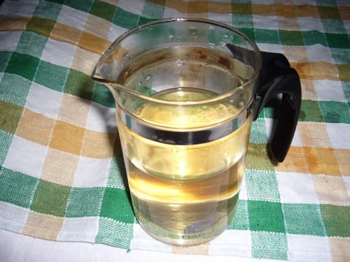 一次灵芝,放入保温杯里,倒入沸的水焖泡半小时;   把泡好的灵芝水图片