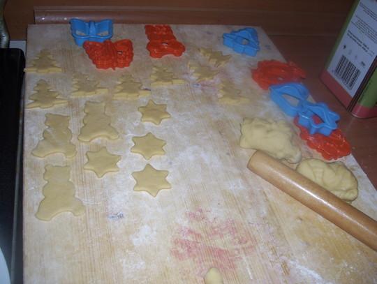 把发好的面团揉成圆面团,擀成大面片.用塑料模型做面鱼.