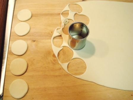 然后用直径4厘米的圆形刻模,刻出28个圆形小饼 取一小饼用手卷成花蕊
