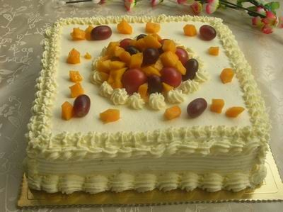 水果/用8齿的裱花嘴挤出花样来,面上摆放提子芒果圣女果作装饰。