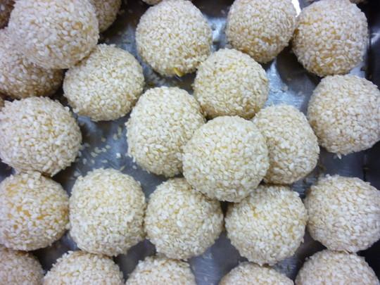 炸糯米球_裹上芝麻,汆过水的糯米球外表粘性增强,会牢牢地粘着芝麻,在炸制时