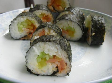 香肠肉松寿司卷的做法_家常香肠肉松寿司卷的做法