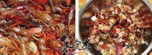 把去头小龙虾的虾肠从虾尾清理出来,用水清洗干净,放少许盐和料酒浸泡