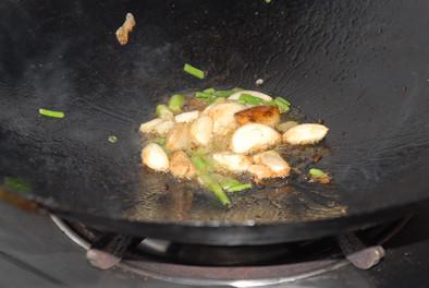 鲶鱼 大蒜/锅里底油爆香蒜瓣。