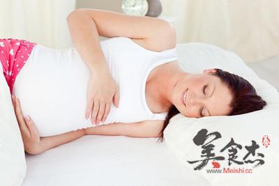 如何做 身体反应与胎儿发育 正确的睡姿有利胎儿的生长 视频图解大全
