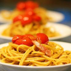 黑胡椒番茄培根炒意面的做法