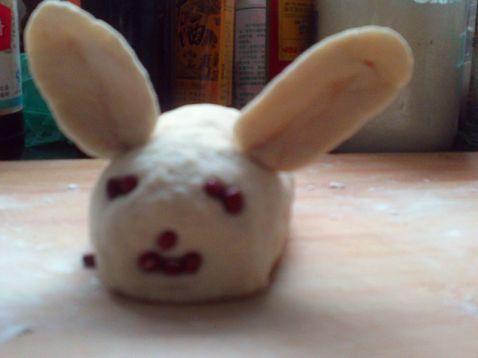 用红豆做成兔子的眼睛和三瓣嘴 把做好的兔子馒头放在蒸锅上,蒸25分钟