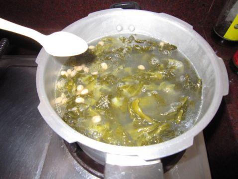 苦瓜龙骨黄豆汤的做法【步骤图】_菜谱_美食杰
