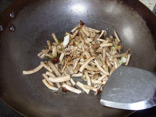 变废为宝茶树菇红烧猪皮的做法