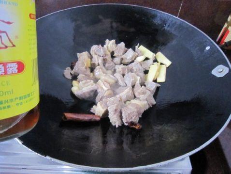将土豆去皮用刀切块