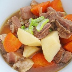 土豆胡蘿卜燉牛腩的做法