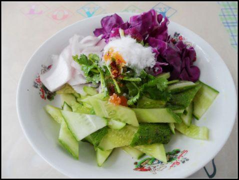 紫甘蓝洋葱拌黄瓜的做法