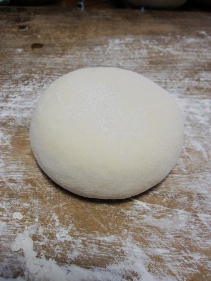 8.拿出发酵好的面团,,面团排气后的样子.   9.准备好红枣,洗干净