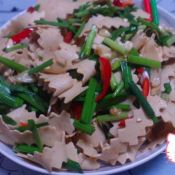 凉拌韭菜豆腐皮的做法