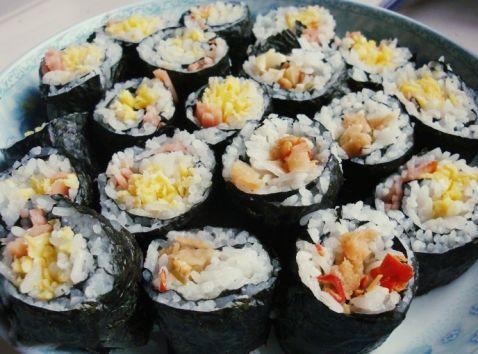 湖州寿司培训:鸡蛋火腿寿司卷的做法_家常鸡蛋火腿寿司卷的做法