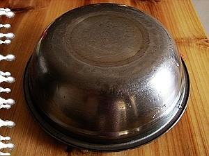 盖上盖子发酵2个小时.   发酵好的样子.   小苏打加一点水搅拌成苏打