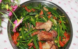 辣椒烤肉炒韭菜花的做法