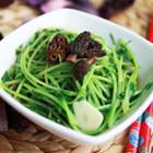 羊肚菌浓汤煨豆苗