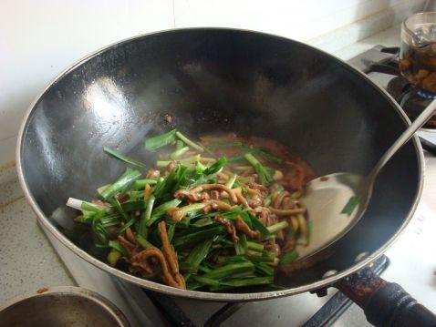 大蒜 鸡杂/将大蒜叶子放入炒。