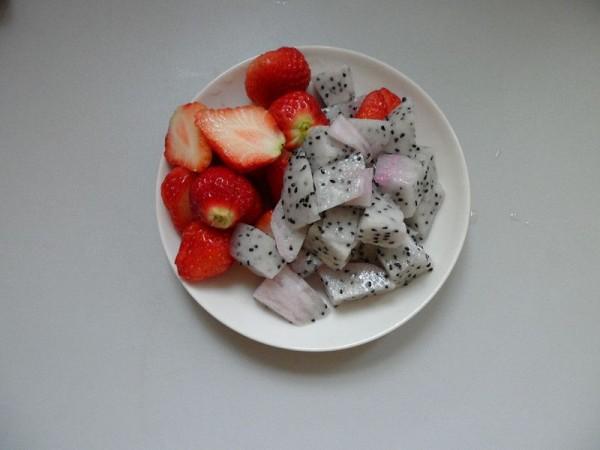 火龙果草莓奶昔的做法_家常火龙果草莓奶昔的