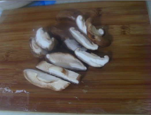 视频 虾仁/香菇切片,
