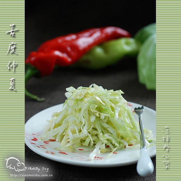 卷心菜切丝,大蒜拍碎切末,撒在切好卷心菜上 2.锅里放油,放花椒爆香.