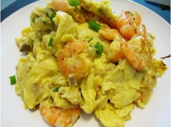 再把炒好的葱花虾仁搅拌鸡蛋一起还有洋葱中加入均匀洋白菜拌海带图片