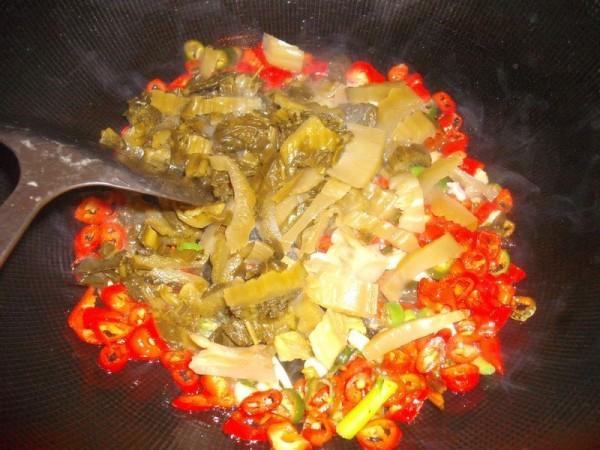酸菜猪大肠的做法_酸菜辣炒肥肠的做法_酸菜辣炒肥肠怎么做_美食杰