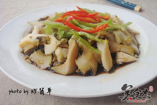 海螺肉上调入生抽和胡椒粉,铺上青红椒丝,倒入烧滚的热油拌匀即可 1图片