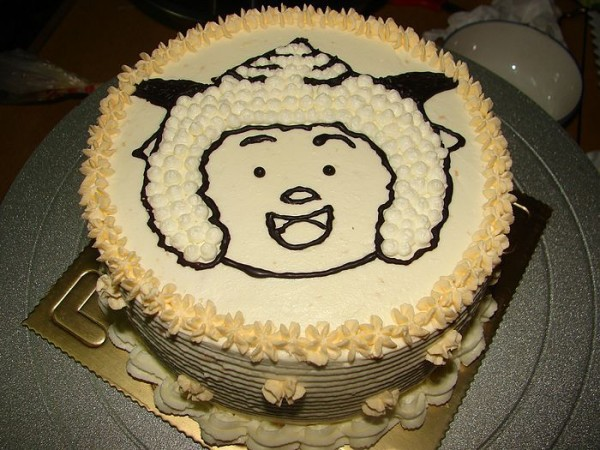 用竹签在蛋糕面上挑上懒羊羊图案