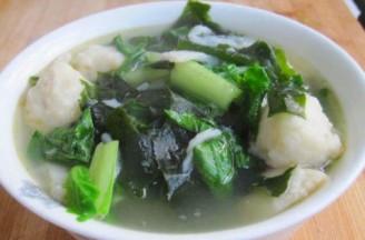 小白菜裙带鱼丸汤的做法