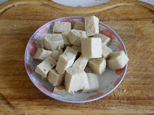 冻豆腐 大肠/冻豆腐切块。...