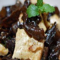 木耳炒豆腐的做法