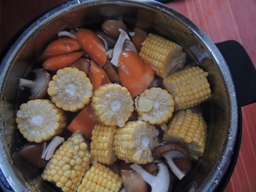 香菇胡萝卜玉米排骨汤的做法
