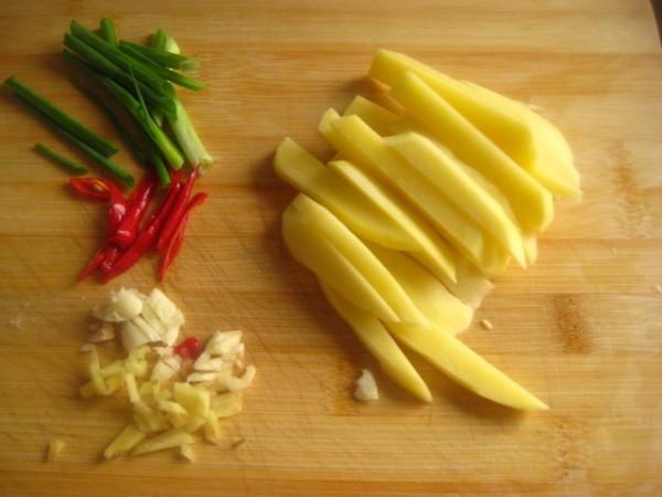 土豆去皮洗净,切条,葱切段