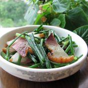 熏肉炒韭菜苔