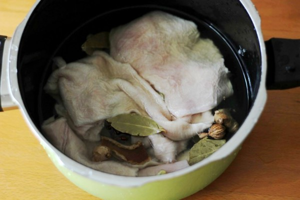 先用清水把牛肚表面污垢、粘膜洗一下放入盆中,加入食盐,面粉,食醋搓洗15分钟先用清水把牛肚表面污垢、粘膜洗一下放入盆中,加入食盐,面粉,食醋搓洗15分钟后冲洗2遍,然后将处理好的牛肚泡入啤酒中浸泡半个小时以上取出来,清洗并沥干水备用后冲洗2遍,然后将处理好的牛肚泡入啤酒中浸泡半个小时以上取出来,清洗并沥干水备用