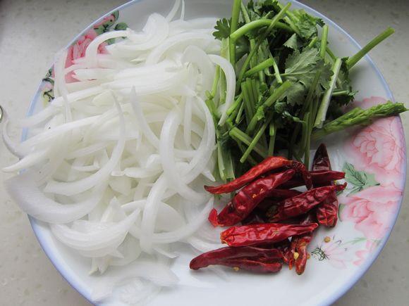 挂面洋葱泡泡切段,干红去皮切丝,香菜洗净切段辣椒怎么晒干直图片