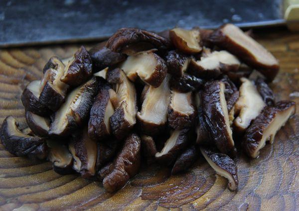 视频 香菇/把泡好的香菇切片